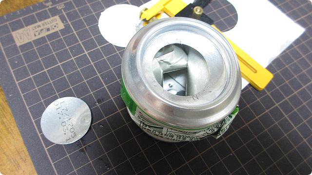 空き缶に丸い穴を開ける方法