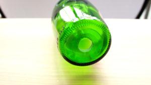 ワインやウィスキーなどの空き瓶(ボトル)に大きい穴を開ける方法