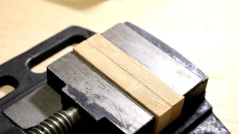 バイスで丸い天然石を固定する方法