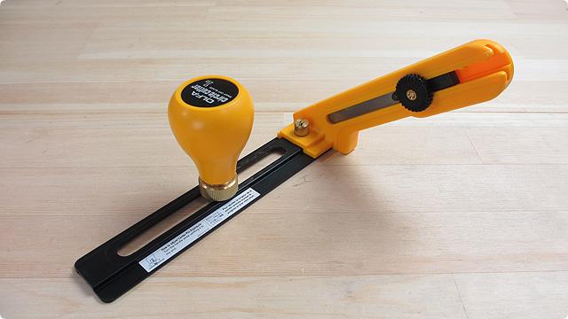 円切カッターでベニヤ板を丸く切り抜けるのか。