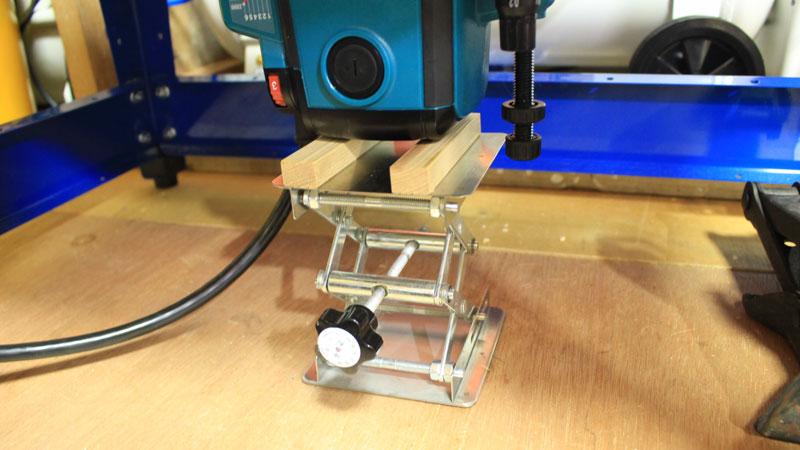 ルーターテーブルに取り付けたルーターの切り込み深さの微調整方法