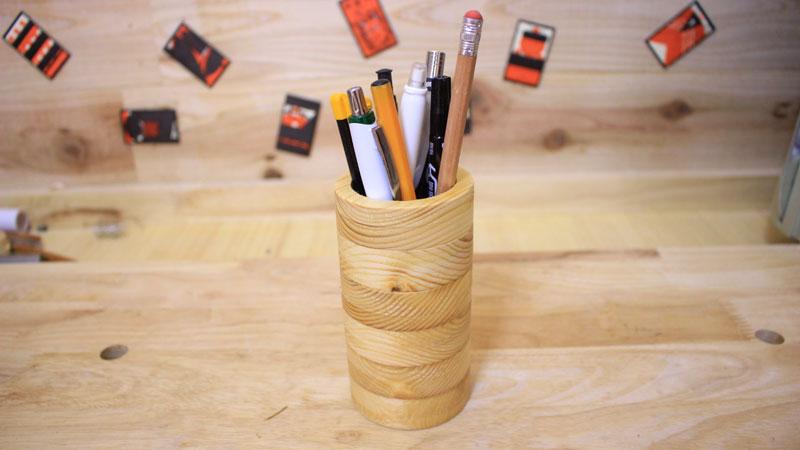 円柱形の木のペン立て