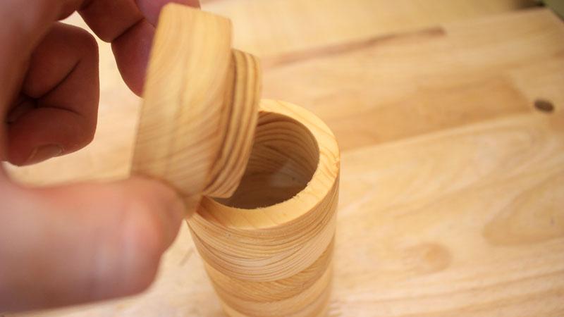 蓋付き円柱形の木の容器