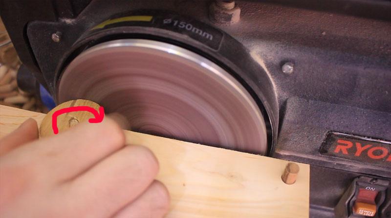 丸い円形板の外周を効率よく研磨する治具